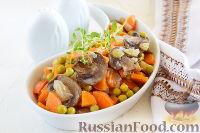 Фото к рецепту: Теплый салат из грибов, моркови и горошка