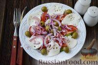 """Фото к рецепту: Салат """"Север-Юг"""" с сельдью, авокадо и моцареллой"""