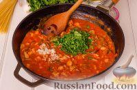 Фото приготовления рецепта: Паста с курицей в томатном соусе - шаг №7