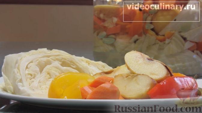 Фото приготовления рецепта: Салат с крабовыми палочками, ананасами, маслинами и кукурузой - шаг №10