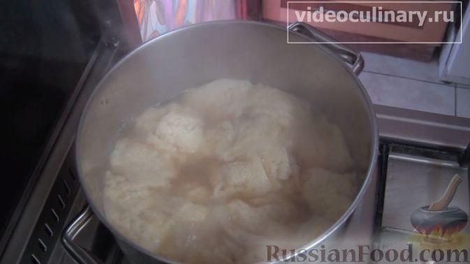 Фото приготовления рецепта: Бисквитный рулет с черноплодной рябиной - шаг №3