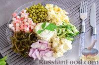 """Фото к рецепту: Салат """"Радуга"""" с морской капустой и крабовыми палочками"""