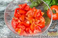 """Фото приготовления рецепта: Салат """"Минутка"""" из помидоров, сыра и сухариков - шаг №2"""