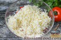 """Фото приготовления рецепта: Салат """"Минутка"""" из помидоров, сыра и сухариков - шаг №3"""