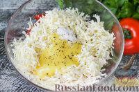 """Фото приготовления рецепта: Салат """"Минутка"""" из помидоров, сыра и сухариков - шаг №4"""