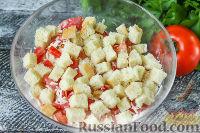 """Фото приготовления рецепта: Салат """"Минутка"""" из помидоров, сыра и сухариков - шаг №5"""