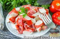 Фото к рецепту: Салат с крабовыми палочками, помидорами и чесноком