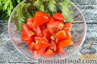 Фото приготовления рецепта: Салат с крабовыми палочками, помидорами и чесноком - шаг №2