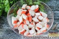 Фото приготовления рецепта: Салат с крабовыми палочками, помидорами и чесноком - шаг №3