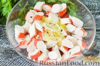 Фото приготовления рецепта: Салат с крабовыми палочками, помидорами и чесноком - шаг №4