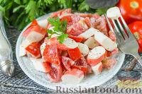 Фото приготовления рецепта: Салат с крабовыми палочками, помидорами и чесноком - шаг №5