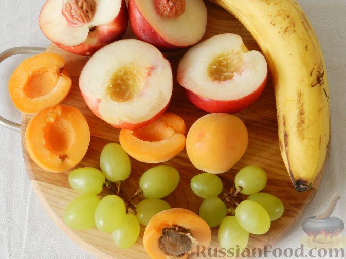 Фото приготовления рецепта: Сладкий фруктовый салат с шоколадным соусом - шаг №5