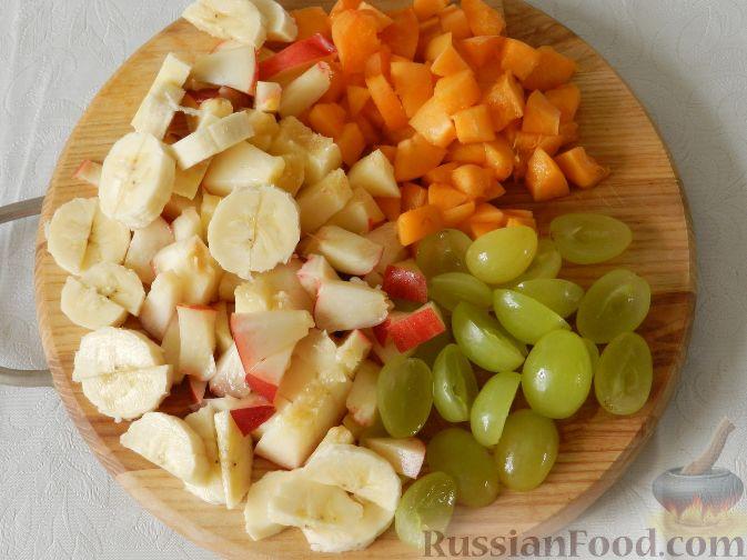 Фото приготовления рецепта: Сладкий фруктовый салат с шоколадным соусом - шаг №6