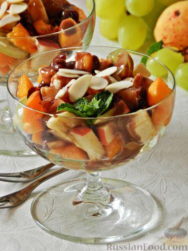 Фото приготовления рецепта: Сладкий фруктовый салат с шоколадным соусом - шаг №11