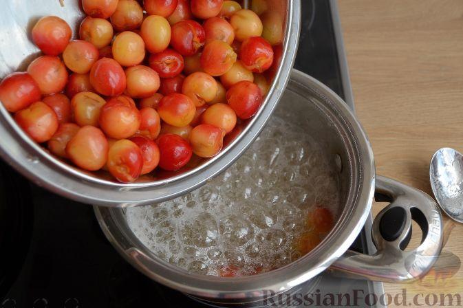 Фото приготовления рецепта: Варенье из белой черешни, с лимоном - шаг №5