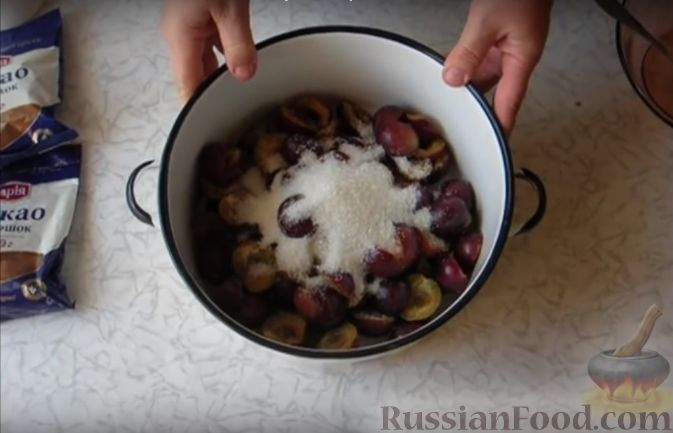 Фото приготовления рецепта: Варенье сливово-шоколадное - шаг №2
