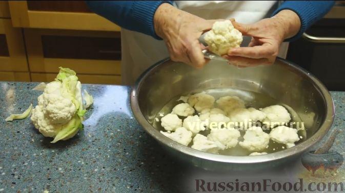 Фото приготовления рецепта: Цветная капуста с помидорами и сыром - шаг №2