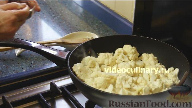 Фото приготовления рецепта: Цветная капуста с помидорами и сыром - шаг №4