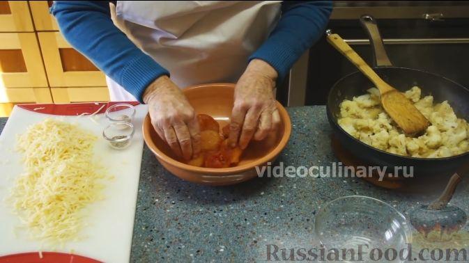 Фото приготовления рецепта: Цветная капуста с помидорами и сыром - шаг №6