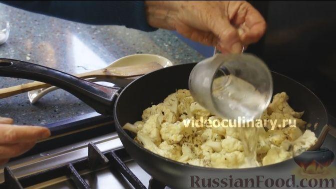 Фото приготовления рецепта: Цветная капуста с помидорами и сыром - шаг №5