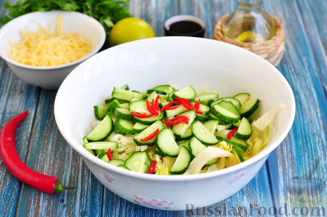 Фото приготовления рецепта: Салат с курицей и огурцами (по-азиатски) - шаг №3
