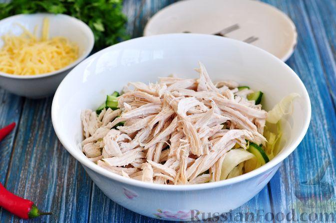 Фото приготовления рецепта: Салат с курицей и огурцами (по-азиатски) - шаг №5