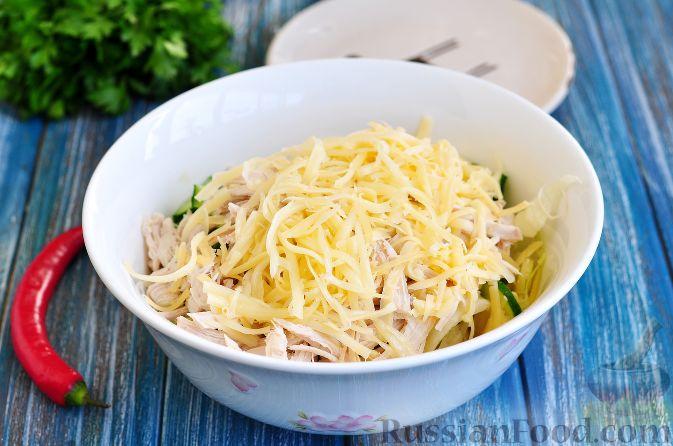 Фото приготовления рецепта: Салат с курицей и огурцами (по-азиатски) - шаг №6