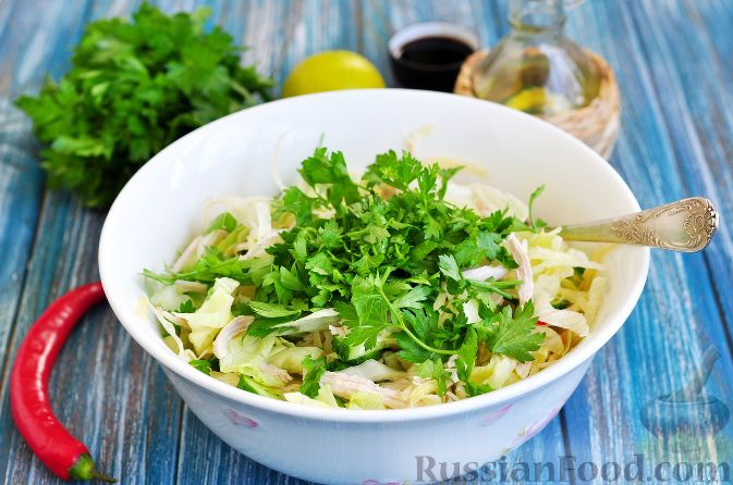 Фото приготовления рецепта: Салат с курицей и огурцами (по-азиатски) - шаг №7