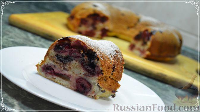 Фото к рецепту: Воздушный кекс с вишней и шоколадом