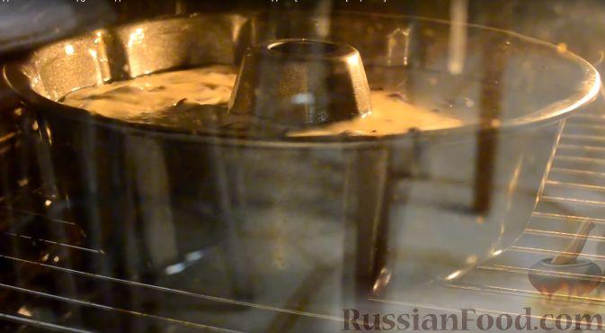 Фото приготовления рецепта: Воздушный кекс с вишней и шоколадом - шаг №8