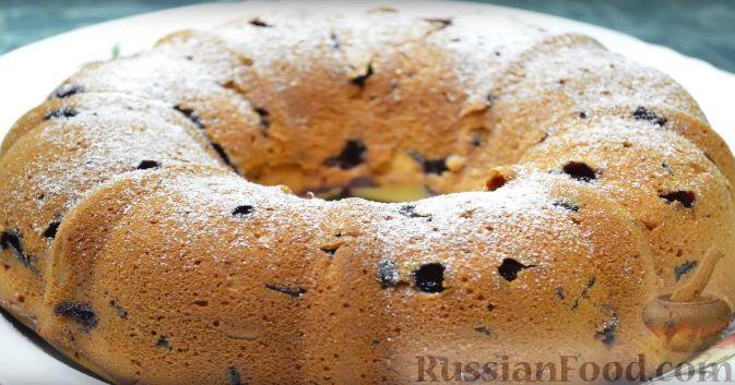 Фото приготовления рецепта: Воздушный кекс с вишней и шоколадом - шаг №9