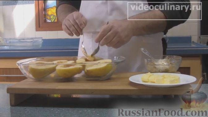 Фото приготовления рецепта: Айва, фаршированная орехами с мёдом, запечённая в духовке - шаг №4