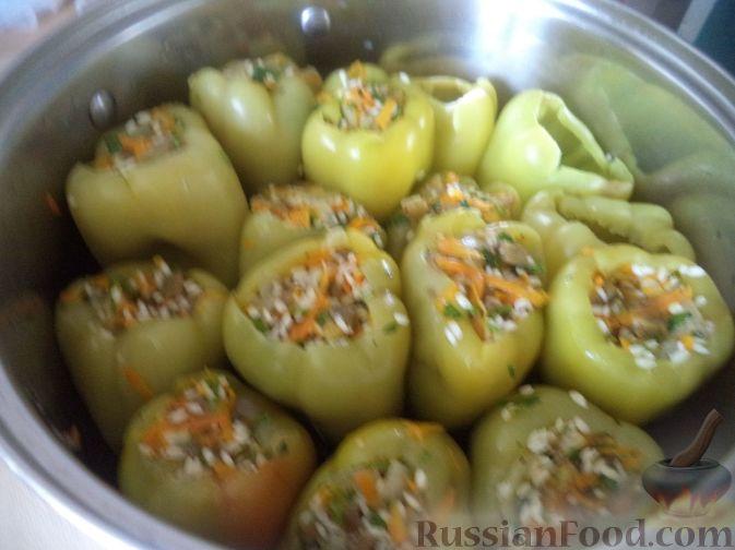 Фото приготовления рецепта: Перец, фаршированный рисом и баклажанами - шаг №11