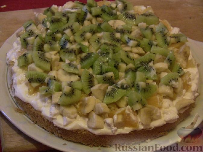 Фото приготовления рецепта: Бисквитный торт с зефиром и фруктами - шаг №3