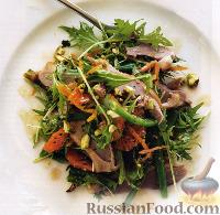 Фото к рецепту: Салат с утиным мясом, мандаринами и фисташками