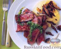Фото к рецепту: Стейк под соусом из петрушки с жареными грибами