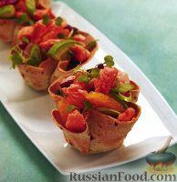 Фото к рецепту: Лосось с креветками и авокадо в корзинках