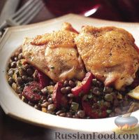 Фото к рецепту: Куриные бедрышки с чечевицей, колбаской и сладким перцем