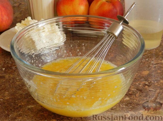 Фото приготовления рецепта: Творожный пирог с нектаринами - шаг №3