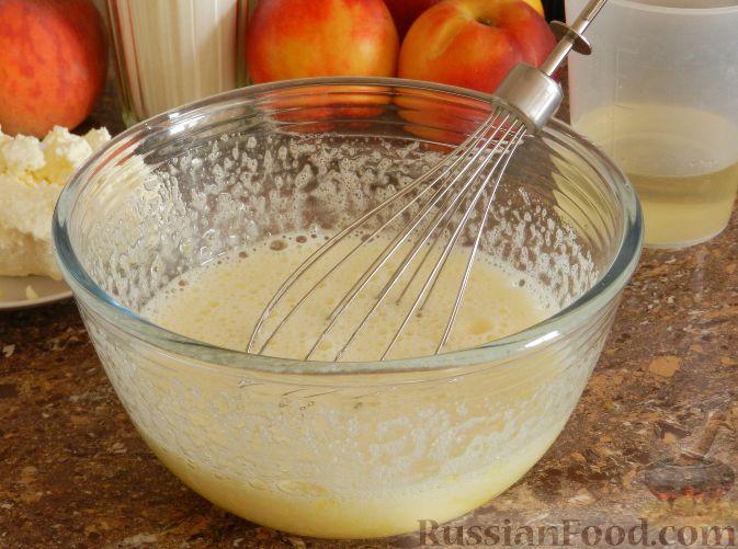 Фото приготовления рецепта: Творожный пирог с нектаринами - шаг №4