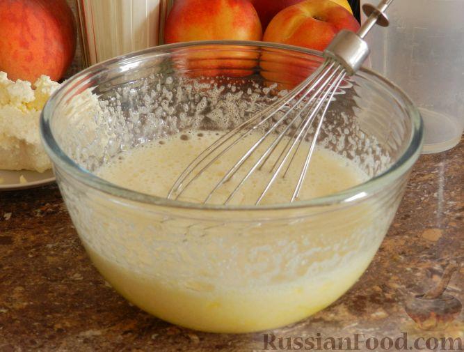 Фото приготовления рецепта: Творожный пирог с нектаринами - шаг №5