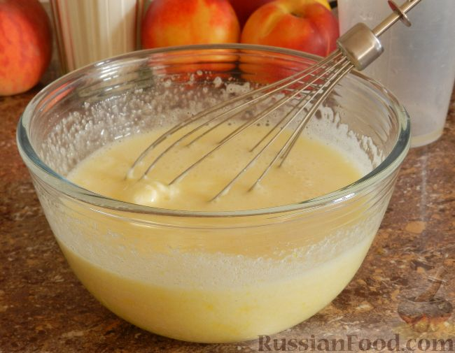 Фото приготовления рецепта: Творожный пирог с нектаринами - шаг №6