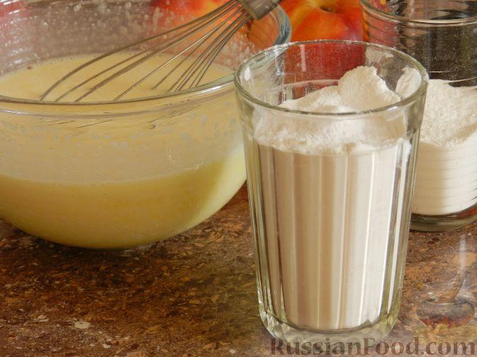Фото приготовления рецепта: Творожный пирог с нектаринами - шаг №7