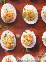 Фото к рецепту: Пикантные фаршированные яйца