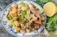 Фото к рецепту: Салат с курицей, беконом и сухариками