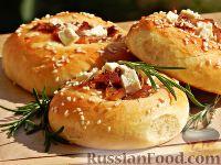 Фото к рецепту: Дрожжевые булочки с луком, брынзой и беконом