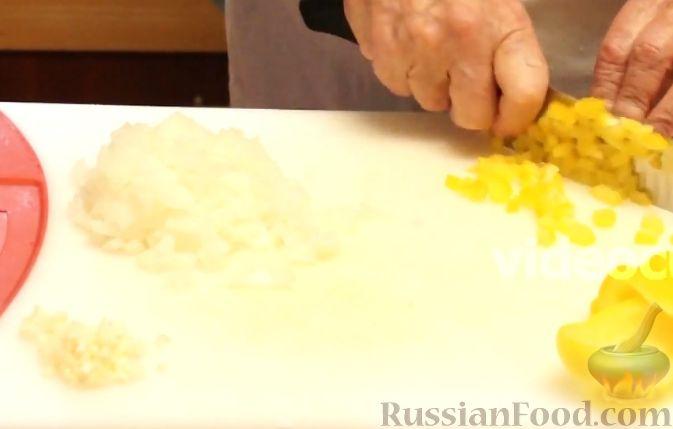 Фото приготовления рецепта: Хлебный омлет с ветчиной, помидорами и сыром - шаг №12