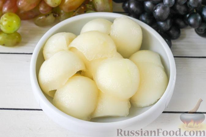 Фото приготовления рецепта: Салат с дыней, виноградом, персиками и мёдом - шаг №2