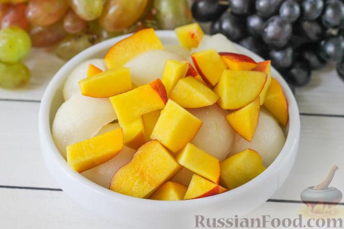 Фото приготовления рецепта: Салат с дыней, виноградом, персиками и мёдом - шаг №3