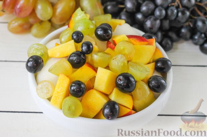 Фото приготовления рецепта: Салат с дыней, виноградом, персиками и мёдом - шаг №4